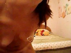 Ненасытная брюнетка с маленькими сиськами в домашнем видео шалит с фаллосом