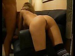 Для любительского анального секса развратница в чулках встала на карачки