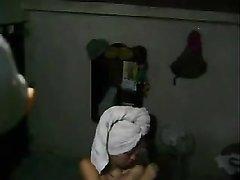 За латинкой, вышедшей из ванной подглядывает любитель и снимает видео