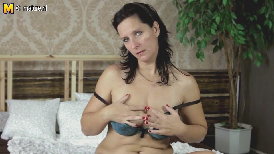 Зрелая брюнетка разделась и шалит с фиолетовой секс игрушкой на камеру