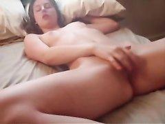 Модель с маленькими сиськами в горячем видео стонет от любительской мастурбации
