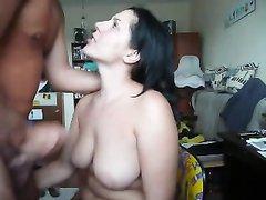 Брюнетка с большими сиськами подставила грудь для спермы в любительском порно