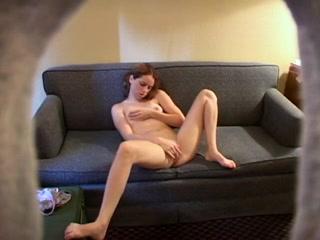 Любительское видео с подглядыванием за мастурбацией дамочки на диване
