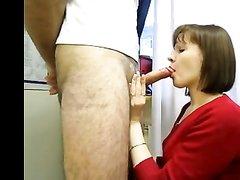Зрелая преподавательница в домашнем видео на коленях сосёт член студента