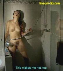 Видео с любительской мастурбации волосатой киски в душе с использованием струи воды