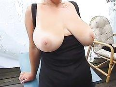 Шикарная зрелая дама с большими сиськами для видео показала загорелую грудь