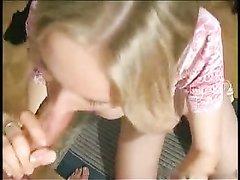 Шикарная блондинка с идеальными и большими сиськами в домашнем порно получает удовольствие