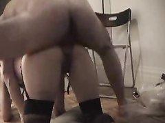 Дама в чулках и нижнем белье любительница анального секса в позе на четвереньках