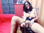 Брюнетка в очках для любительской мастурбации использует секс игрушку
