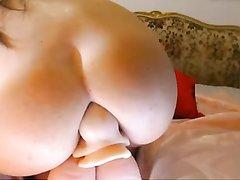 Домашнее анальное порно с искусственным членом, входящим глубоко в попу