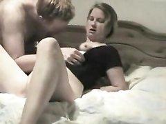 За участие в домашнем порно зрелая красотка получит бурный оргазм и деньги
