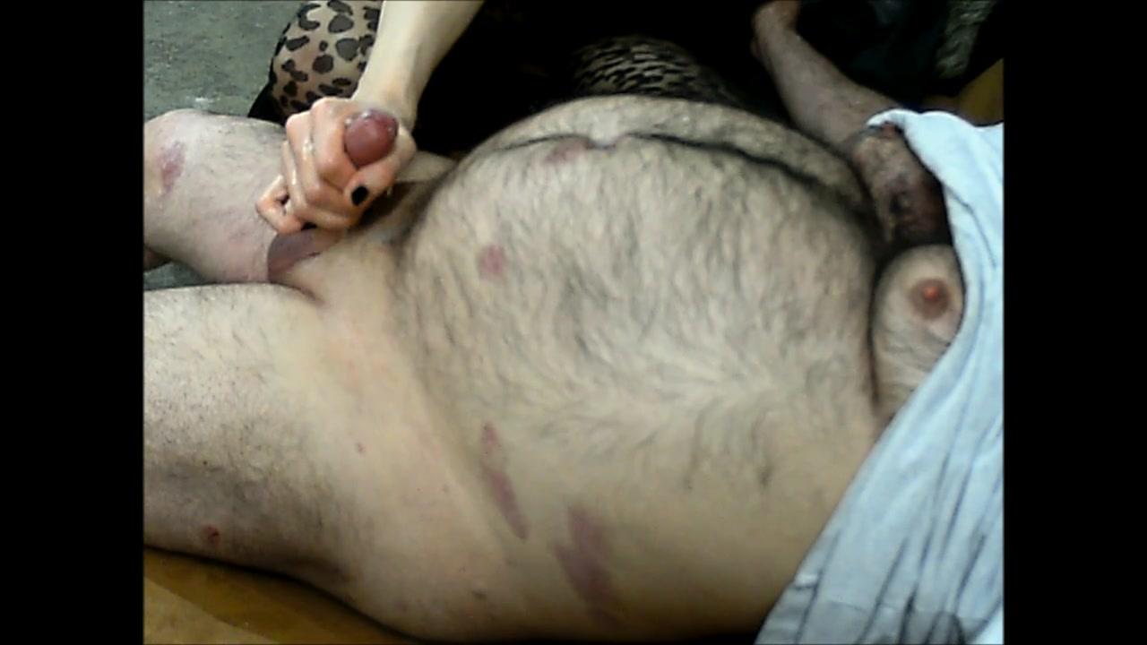 Волосатый толстяк снялся в видео, чтобы получить мастурбацию короткого члена от феи
