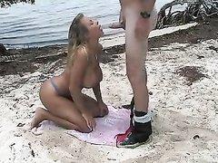 Турист на пляже подцепил для любительского секса очаровательную незнакомку