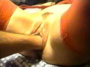 Дама в красных чулках в домашнем порно пытается кончить от глубокого фистинга