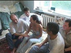 Смуглая и худая шлюха пришла в дешёвую гостиницу для группового секса со строителями