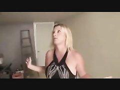 Зрелая блондинка в любительском видео показывает большие сиськи для возбуждения партнёра