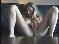 Красотка включила порно для любительской мастурбации сочной дырочки