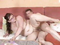 Молодой спортсмен в любительском видео удовлетворяет членом и язычком зрелую толстуху