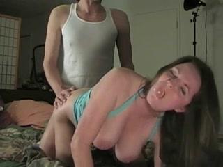 Грудастая красотка стонет от глубокого домашнего секса в позе на карачках