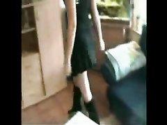 Красивая шлюха в домашнем видео отсасывает длинный член от первого лица