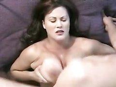 Красотка в домашнем порно огромными сиськами дрочит член до окончания