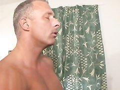 Зрелая блондинка кончает со сквиртингом в домашнем видео от руки ухажёра