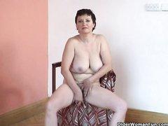 Секс игрушка помогает зрелой даме с волосатой киской кончить от домашней мастурбации