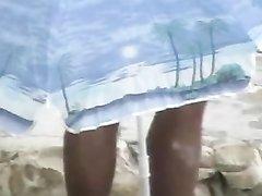 Зрелая и полная брюнетка в любительском видео отдалась накаченному мужику на пляже