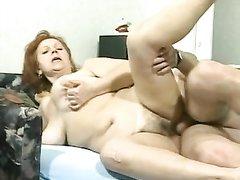 Молодой атлет рад участию в любительском порно со зрелой и грудастой толстухой