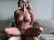Потрясающая блондинка в домашнем порно очаровала удивлённого партнёра