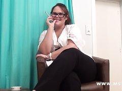 Толстую и курящую француженку в очках уговорили сняться в анальном порно