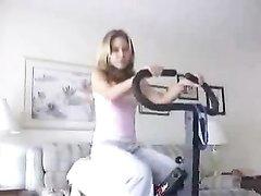 Любительское видео стриптиза перед вебкамерой от худощавой развратницы