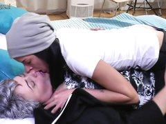 Зрелая толстуха и молодая поклонница кайфуют от домашнего лесбийского секса