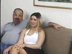 Зрелые бизнесмены в домашнем порно втроём утюжат молодую проститутку