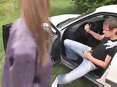 Таксист снял на трассе дешёвую шлюху для орального секса, чтобы кончить от минета