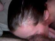 Шлюха в домашнем порно лижет анус волосатого клиента и трахает его язычком