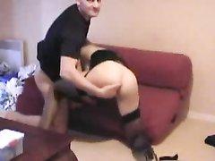 Молодой поклонник и зрелая леди в чулках балдеют от любительского анального секса