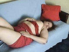 Аппетитная толстуха в красном платье в любительском порно дрочит клитор