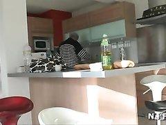 Рыжая француженка в любительском видео удовлетворила зрелого мужика
