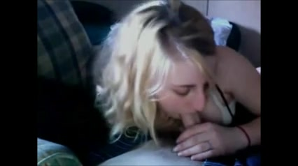 Молодая и нежная блондинка в любительском порно здорово отсосала член