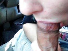 Большой член жадно отсасывается шлюхой в любительском порно от первого лица