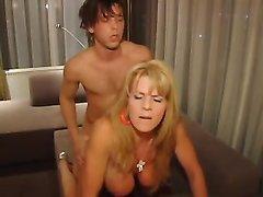 Блондинка снялась в групповом домашнем порно ради двойного проникновения и анала