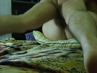Пышная шлюха с широкой попой пришла к клиенту для домашнего анального секса