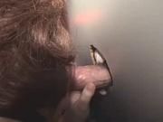 Для домашнего видео красотка сосёт член, выглянувший из дырки в стенке