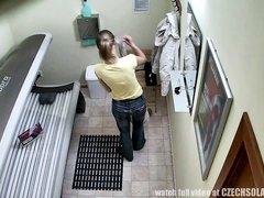 Любительское видео со скрытой камеры, снявшей худую клиентку солярия