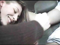 Проститутка в машине для видео сделала любительский минет с окончанием в рот