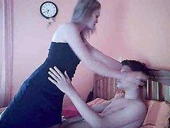 Молодая подруга с маленькими сиськами пожелала домашнего секса с мужем