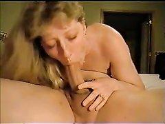 Зрелая и волосатая куртизанка в ходе домашнего секса исполнила глубокую глотку