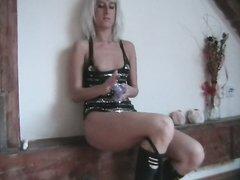 Мокрая блондинка в сапогах в порно дрочит бритую киску и алдеет от анальной мастурбации