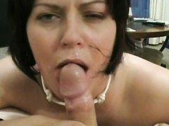 Умелая брюнетка специально для любительского порно мастерски отсосала член